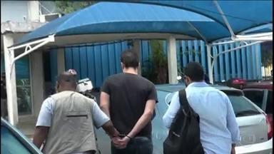 Homem acusado de armazenar e divulgar pornografia infantil é preso - Alyson Felipe Andrade da Silva foi preso pela PF de Pernambuco. Segundo a polícia, ele criava perfis falsos numa rede social e se passava por uma mulher para conseguir fotos dos adolescentes. Ele usava as fotos para chantagear as vítimas.
