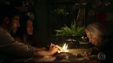 Mercedes alerta Xodó e avisa que o perigo está próximo - O marido de Cléo fica apreensivo com previsão da vidente