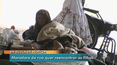 Moradora de rua de Goiânia, cadeirante sonha em reencontrar os filhos - Deusirene Alves de Azevedo foi parar na cadeira de rodas depois que foi atropelada enquanto dormia. Sem emprego, sobrevive da ajuda e boa vontade da população.
