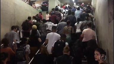 Pane fecha nove estações do Metrô de São Paulo - Uma pane no Metrô de São Paulo atrapalhou a vida de milhares de pessoas na manhã desta terça-feira (24). O problema atingiu, principalmente a linha mais antiga - justamente no dia em que Metrô está completando 50 anos.