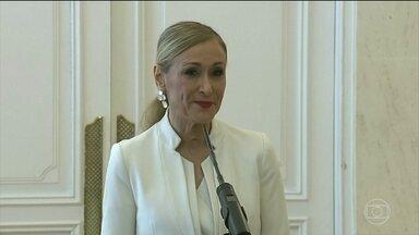Presidente da Comunidade de Madri renuncia depois de aparecer em video furtando cosméticos - Cristina Cifuentes também é acusada de falsificar um diploma universitário