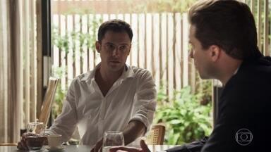 Gael afirma que Lívia vai querer ajudar a desvendar o desaparecimento de Mariano - Patrick pede para falar com a irmã do ex-marido de Clara