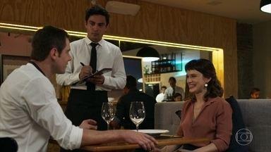 Clara sai para jantar com Gael e se diverte - Para deixar Lívia sozinha com Patrick, Clara topa sair o ex-marido