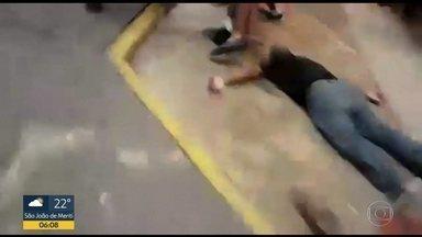 Homem ferido em confusão com guardas tem saúde estável - Grupo de igreja é acusado de pichar mensagens em pontos de Copacabana.
