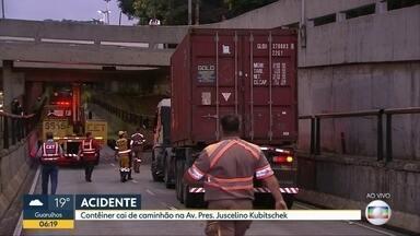 Caminhão bate na entrada de túnel na zona sul de São Paulo - Veículo era mais alto que o permitido. Contêiner caiu na pista, mas estava vazio. Local foi fechado para a retirada do veículo.