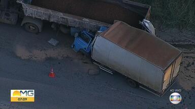 Caminhão bate na traseira de carreta na MG-424, e uma pessoa morre - Acidente foi no sentido Pedro Leopoldo, na Grande BH.