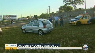 Colisão com três veículos deixa trânsito lento no Anel Viário Sul de Ribeirão Preto - Trânsito ficou lento no trecho próximo à Agrishow.