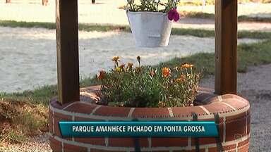 Parque municipal Maria Joana é pichado em Ponta Grossa - A praça que ainda nem foi entregue, já foi alvo de vandalismo.