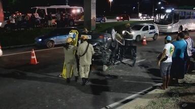 Capotamento deixa quatro feridos na Avenida Djalma Batista, em Manaus - Motorista bateu com veículo na calçada e depois capotou.
