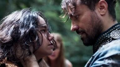 Virgílio alcança Amália na floresta - Levi tenta defender e mãe e luta com o Marquês. A plebeia implora que o ex-noivo não machuque o filho e ele impõe a condição de todos voltarem para a cabana
