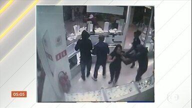 Oito homens armados invadem shopping para assaltar joalheria em SP - O grupo dominou clientes nos corredores do Raposo Shopping. A polícia não disse quanto foi levado. Um assaltante foi baleado e está internado no Hospital Universitário, mas ninguém foi preso ainda.