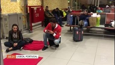 Passageiros reclamam de atraso em voo em Lisboa - São mais de 300 passageiros, a maioria brasileiros. Eles dizem que estão no salão de embarque do aeroporto de Lisboa há quase dez horas. A TAP, companhia responsável pelo voo, diz que ele foi cancelado por problemas técnicos.
