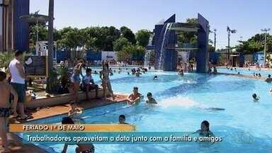 Clubes de Goiânia ficam lotados no Dia do Trabalhador - Centenas de pessoas foram refrescar em um dia quente na capital.