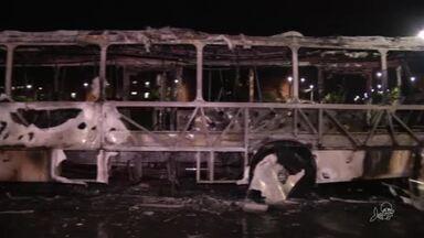 Bandidos colocam fogo em ônibus em Fortaleza - Polícia investiga o caso. Ninguém foi preso.