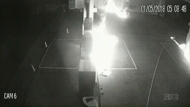 Homens tocam fogo em bombas de combustíveis em posto de Campo Mourão - Eles incendiaram duas bombas de combustíveis e parte da loja de conveniência