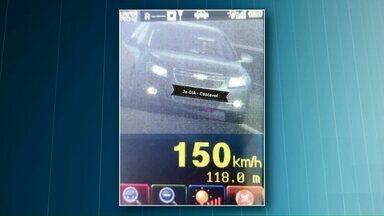 Motoristas são multados por dirigir acima da velocidade na BR-467, em Cascavel - Limite de velocidade na rodovia é de 110 km/h, mas muitos motoristas foram flagrados pela Polícia Rodoviária Estadual, dirigindo a 150 km/h.