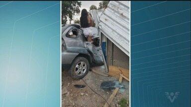 Garota morre após grave acidente de carro em Praia Grande - Veículo perdeu o controle e bateu em poste e ponto de ônibus antes de parar no bairro Glória. Outros dois ocupantes tiveram ferimentos leves.