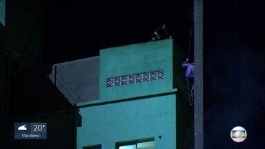 Bombeiro conta como tentou salvar homem de prédio que pegou fogo - Mesmo preso ao equipamento de segurança, o rapaz caiu junto com a montanha de ferro, vidro e concreto.