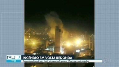 Incêndio atinge doze andares de prédio em Volta Redonda - Cinco pessoas precisaram de socorro, duas delas com queimaduras e três por terem inalado muita fumaça