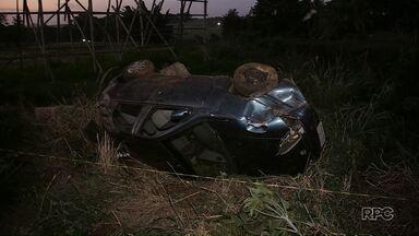 Carro capota na BR 376, em Sarandi, e cai em barranco - De acordo com o Corpo de Bombeiros, o motorista e o passageiro foram encaminhados ao hospital com ferimentos leves.