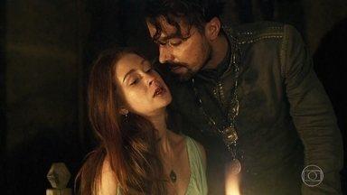 Amália se revolta contra investida de Virgílio e é agredida pelo rapaz - Virgílio se descontrola e Amália fica aos prantos. Levi abraça a jovem