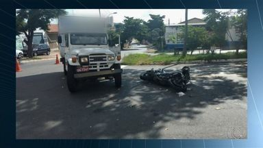 Acidente deixa motociclista gravemente ferido em Goiânia - Piloto de 62 anos teve traumatismo craniano, foi socorrido e levado para o Hugo.