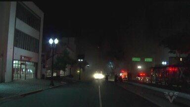 Bombeiros fazem buscas em desabamento de prédio em SP - Um morador quase foi salvo antes do prédio desabar.