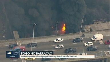 Homem escapa de incêndio em barracão de escola de samba - Testemunhas disseram que fogo começou quando usuários de droga colocaram fogo em material na rua