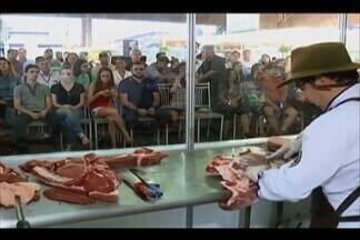 Visitantes da Expozebu em Uberaba participam de minicursos na Vitrine da Carne - Consultor Marcelo Bolinha ensina corte de carne.