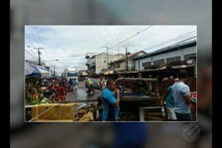 Feirantes de Ananindeua bloqueiam rua em protesto pela não abertura de mercado municipal - Feirantes relatam que aguardam local há 7 anos.