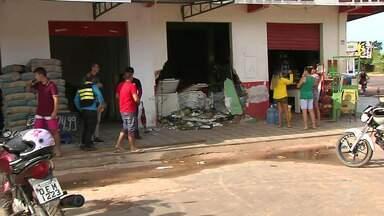 Carro destrói parte de comercio e motorista admite que estava alcoolizado - Acidente aconteceu na madrugada desta quarta-feira no bairro Diamantino.