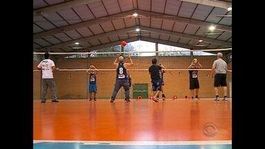 Projeto torna voleibol mais acessível em Santa Maria - Quem tem alguma deficiência pode ter dificuldades, não só na hora de jogar, mas também de interagir num treino. Foi pensando em tornar o voleibol mais acessível para todos, que uma professora criou um projeto em Santa Maria.