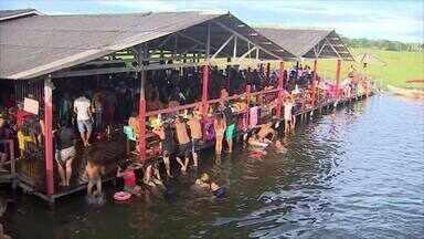 Amapaenses aproveitam feriado para curtir balneários de Macapá - Muitas pessoas aproveitaram a folga pra se divertir. No Curiaú até faltou lugar pra tanta gente.