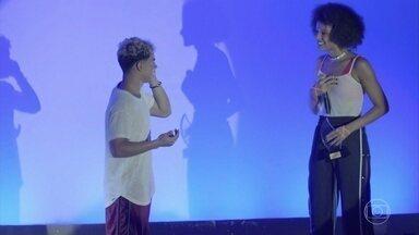 Leandro dedica prêmio a Priscilla - O rapaz também agradece o apoio da galera da ONG e da escola. Leandro se emociona ao saber, ainda no palco, que sua irmãzinha nasceu