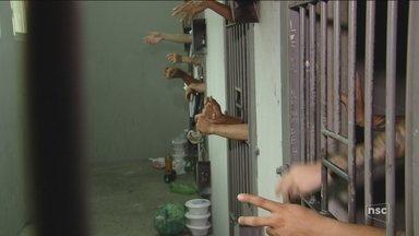 Sem vagas no sistema prisional de SC, delegacias de São José e Palhoça ficam superlotadas - Sem vagas no sistema prisional de SC, delegacias de São José e Palhoça ficam superlotadas