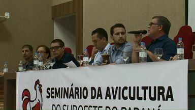 Seminário discute crise no setor avícola - Produtores, empresários e políticos participaram de um seminário em Francisco Beltrão para discutir propostas para amenizar a crise no setor de produção de frangos.