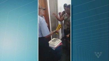 Ex-funcionários da Cursan de Cubatão levaram bolo para a prefeitura - Ato foi para lembrar a demissão de 540 trabalhadores da empresa há um ano.