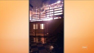 Polícia encontra dois corpos e casa incendiada na Costeira, em Florianópolis - Polícia encontra dois corpos e casa incendiada na Costeira, em Florianópolis