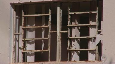 Centros comunitários de Araçatuba estão em situação de abandono - Uma situação de abandono está acontecendo nos centros comunitários de Araçatuba (SP). Em vez de ser um local de lazer, esses prédios dos centros comunitários de vários bairros estão destruídos.
