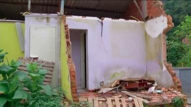 Iniciam vistorias em casas interditadas após abertura de cratera na BR-040, em Petrópolis - Assista a seguir.