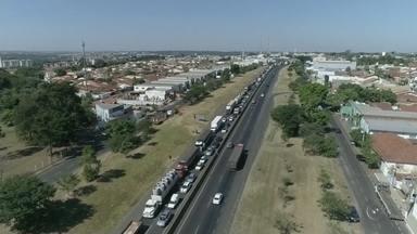 """Construção de pontilhão causa congestionamento na BR-153 em Rio Preto - O trecho da BR-153 está congestionado na região de São José do Rio Preto (SP), no sentido Minas Gerais. A rodovia é uma das principais da região e está no sistema """"pare e siga"""" para a construção de um pontilhão."""