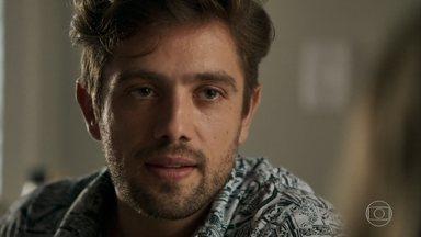 Renato avisa que está esperando uma oportunidade para concluir seu plano - Médico manda Fabiana preparar malas apenas com o básico para os dois e afirma que eles ficarão milionários