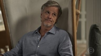 Renan não revela a surpresa da grife para Beth - A mãe de Clara fica apreensiva com segredo e acredita que o sonho de ter uma grife não vai se realizar