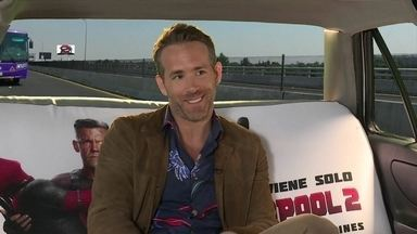 Ryan Reynolds volta a vestir uniforme do anti-herói piadista em 'Deadpool 2' - Não dá para chamar Deadpool de super-herói, afinal ele não quer salvar o planeta; só quer acabar com seus próprios inimigos. Veja entrevista com ator.