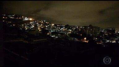 Guerra entre traficantes provoca pânico entre moradores de dois bairros do Rio - Traficantes tentaram invadir dois morros dominados por rivais, na região central do Rio, ontem à noite.