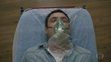 Gael e Patrick são levados para o hospital - Clara e Lívia tranquilizam Tomaz e afirmam que tudo vai ficar bem