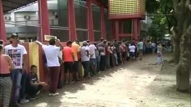 Longas filas marcam último dia para regularização eleitoral em Macapá - Termina nesta quarta-feira (9) prazo para transferir, atualizar ou emitir o título eleitoral para poder votar em outubro. Cartório eleitoral registra fila desde a madrugada.