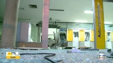 Bandidos explodem caixa eletrônico na Zona Norte - Criminosos explodiram a agência na madrugada desta quinta-feira (10). A fachada do banco foi detruída, testemunhas disseram que os bandidos fugiram em dois carros e uma moto.