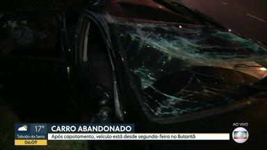 Após capotamento, carro está abandonado em rua da Zona Oeste de SP - Acidente aconteceu na segunda feira