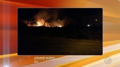 Incêndio em terreno abandonado prejudica qualidade do ar em Jaú - Um incêndio que teve início nesta quarta-feira (9) chamou a atenção dos moradores de Jaú (SP). As chamas começaram em um terreno abandonado e se espalharam rapidamente. Por conta disso, a qualidade do ar piorou.